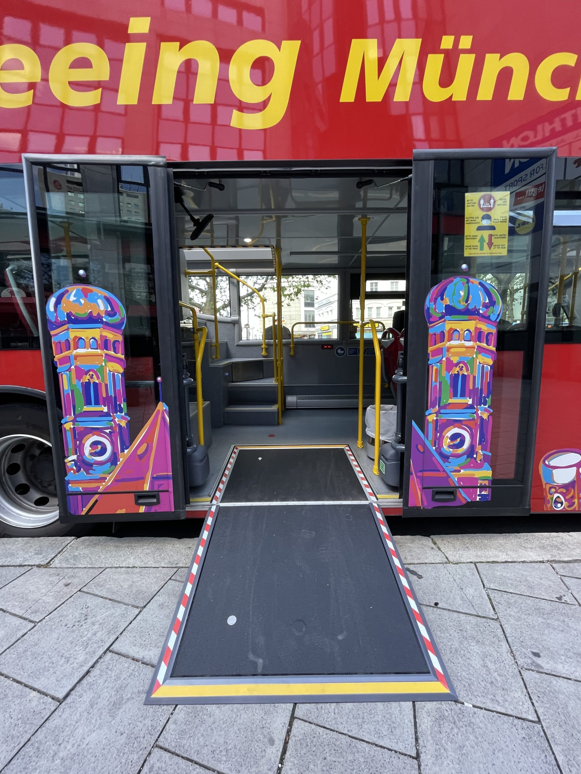 City Tours Munich | CitySightseeing Munich - Bus with wheelchair ramp for barrier-free access